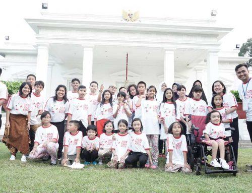 Anak-anak Bermain Bersama Presiden Di Istana Merdeka